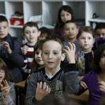 Цел клас во Сараево научи знаковен јазик поради глувонемо другарче