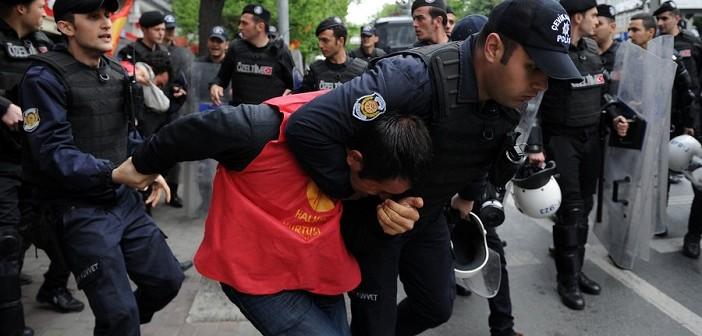 [Видео] Протести, приведени и многу солзавец – светот го одбележа 1 мај