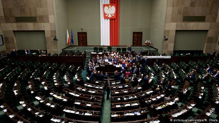 Опозицијата во Полска веќе еден месец го окупира Парламентот