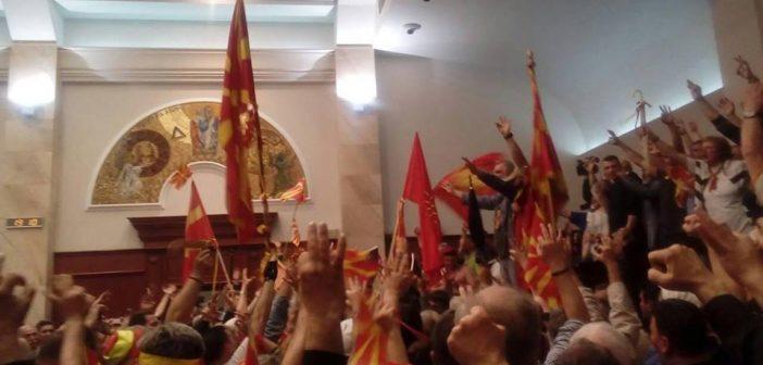 [Фото] Талат Џафери избран за спикер, демонстранти влегоа во Собранието
