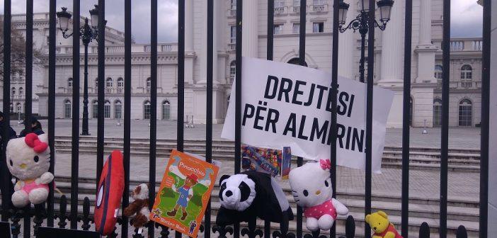 Детски играчки на оградата на Владата – демонстранти повторно побараа правда за малиот Алмир
