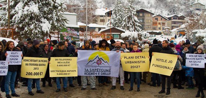 Со бокада на патот кон Попова Шапка тетовци протестираа за спас на зимскиот центар