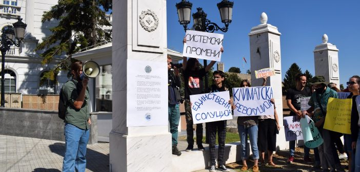 Fridays for future залепија барања пред Влада: Климатска вонредна состојба на национално ниво