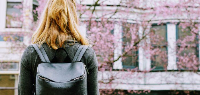 [Подкаст] Наместо образовна размена во странство, испрашувања во емиграциски центар – приказната на младата Елена