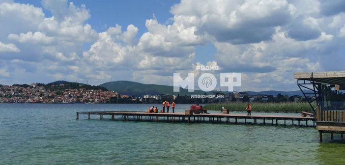 """[Галерија] Се отстранува платформата на плажата """"Куба Либре"""" во Охрид"""